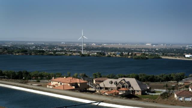 vídeos y material grabado en eventos de stock de turbina de viento y el lago palmdale, california acueducto - aqueduct