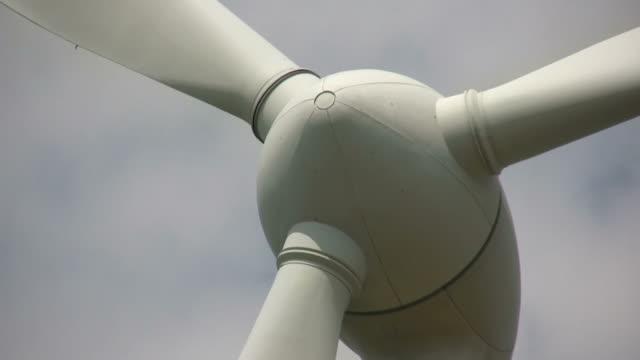 vídeos de stock, filmes e b-roll de turbina eólica em alta definição. energia limpa. - movimento perpétuo