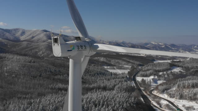 wind turbine / daegwallyeong-myeon, pyeongchang-gun, gangwon-do, south korea - stehen stock-videos und b-roll-filmmaterial
