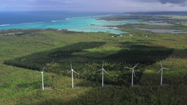 Wind Turbine Felder arbeiten an der windigen Küste