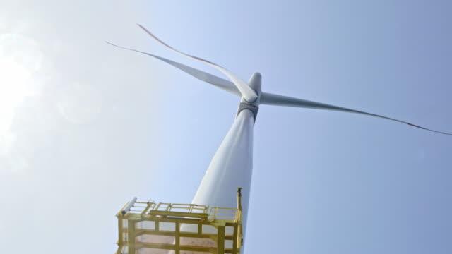 vídeos de stock e filmes b-roll de aerial wind turbine from up-close - vista de baixo para cima
