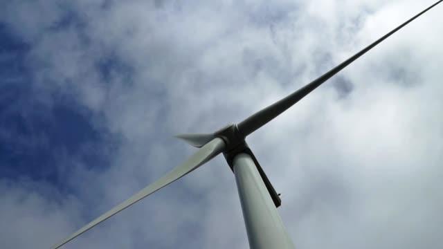 vídeos y material grabado en eventos de stock de turbina eólica que genera visión de bajo ángulo de energía renovable - empresa de carácter social