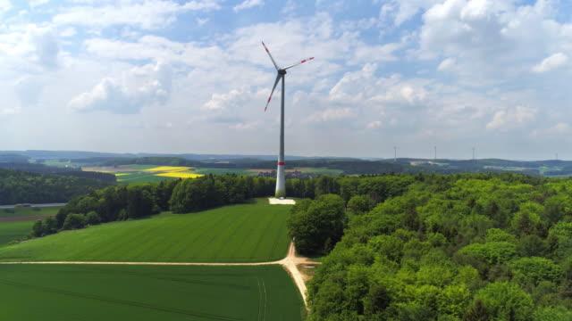 vídeos de stock, filmes e b-roll de turbina eólica na zona rural - ponto de vista de câmera