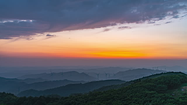vídeos y material grabado en eventos de stock de wind turbine in yeongyang county at dawn / yeongyang-gun, gyeongsangbuk-do, south korea - cirro