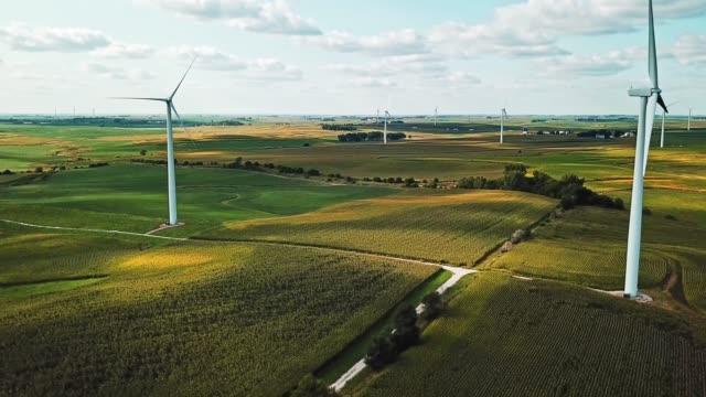 windkraftanlage landschaftsansicht - electrical equipment stock-videos und b-roll-filmmaterial