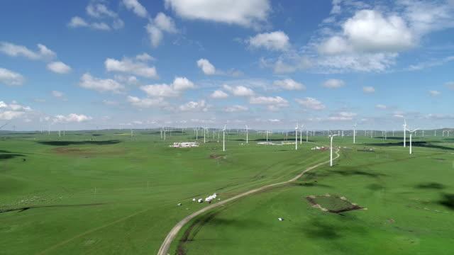 wind turbine on huitengxile grassland - grandi pianure americane video stock e b–roll