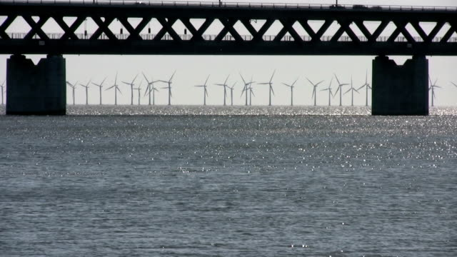 parco di turbine a vento in mare vicino al ponte oresund, svezia - regione dell'oresund video stock e b–roll