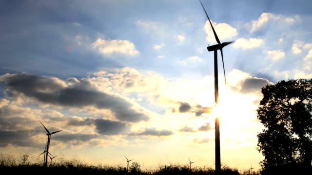 turbina a vento scena con una potente sky - girandola video stock e b–roll