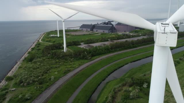 後ろから見た風力タービン - オーレスン地域点の映像素材/bロール