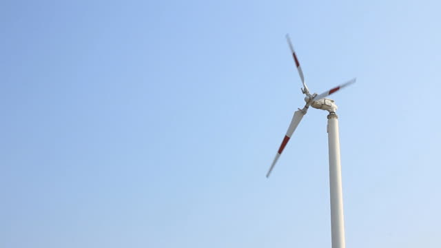Wind turbine spinning