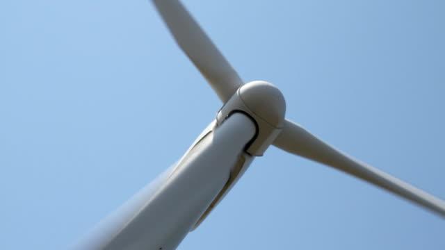 vídeos y material grabado en eventos de stock de wind turbine spinning - vista de ángulo bajo