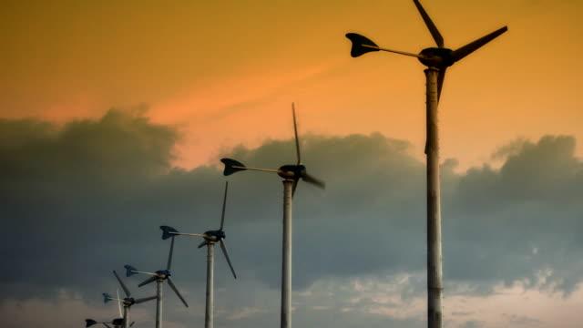wind turbine sonnenuntergang - einige gegenstände mittelgroße ansammlung stock-videos und b-roll-filmmaterial