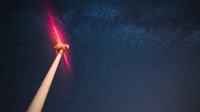 vídeos y material grabado en eventos de stock de aerogenerador bajo las estrellas. - turbina