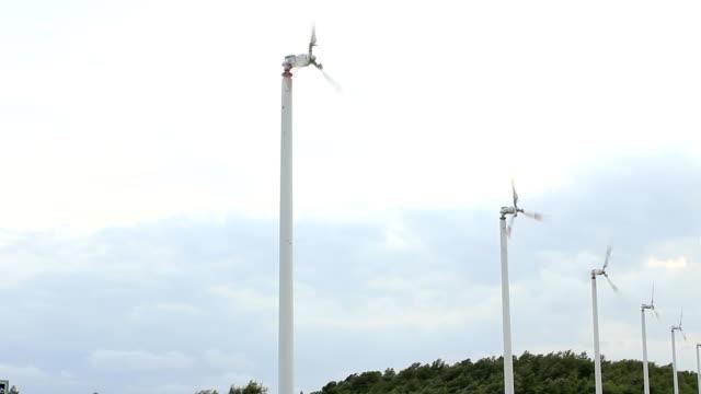 風力タービン - 木を抱く点の映像素材/bロール