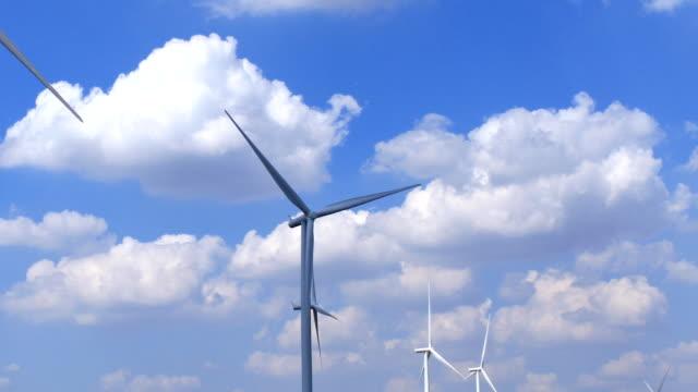 風力タービン(低速度撮影) - 木を抱く点の映像素材/bロール
