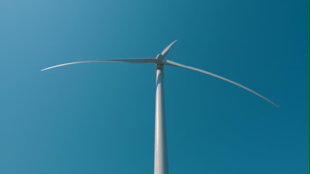 vídeos de stock e filmes b-roll de turbina eólica - vista de baixo para cima