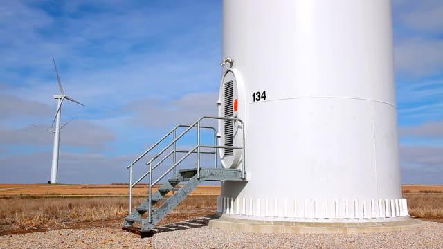 windkraftanlage mit base tower - eingang stock-videos und b-roll-filmmaterial