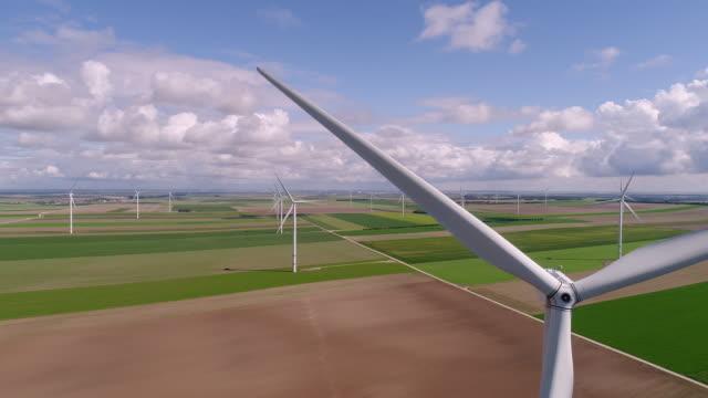 vidéos et rushes de vues aériennes de turbines - vidéos candides du vent pas de 3d - éolienne