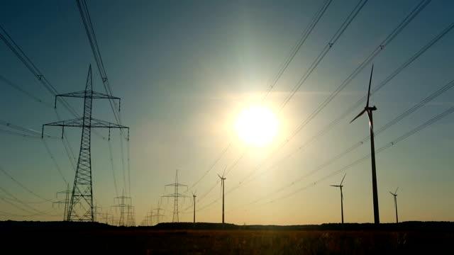 windkraftanlagen und strommasten - hochspannungsmast stock-videos und b-roll-filmmaterial