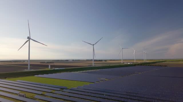 vídeos y material grabado en eventos de stock de wind turbines and solar plant - inclinado hacia abajo