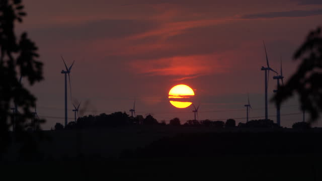 wind turbines at sunset - sonnenuntergang stock videos & royalty-free footage