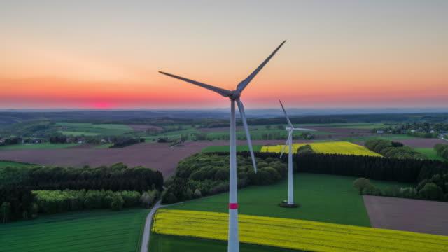 Antenne: Windkraftanlagen bei Sonnenuntergang