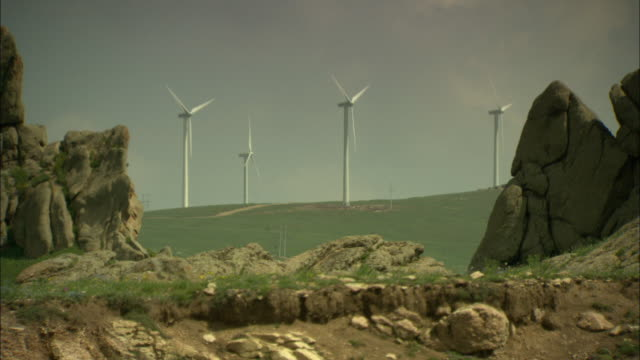 vídeos y material grabado en eventos de stock de ws wind turbines between rock formations, huitengxile, inner mongolia, china - cuatro objetos