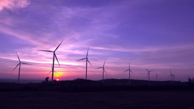 日没時の風力タービン農場 - 囲む点の映像素材/bロール