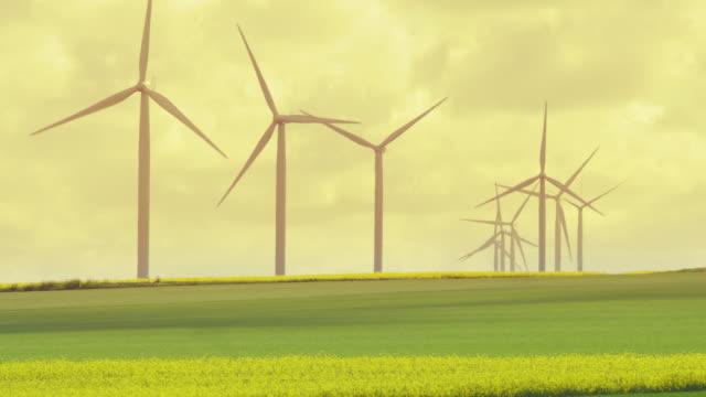 vidéos et rushes de wind turbines field - jaune