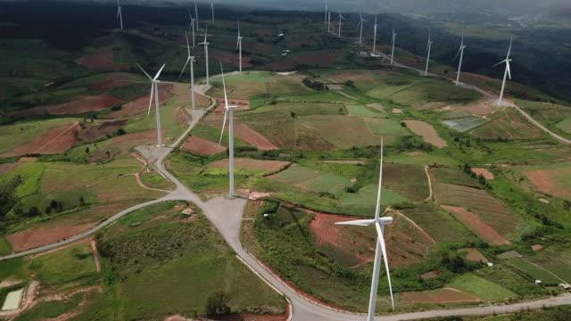 windkraftanlagen in landwirtschaftlichen gebieten - landwirtschaftsminister stock-videos und b-roll-filmmaterial