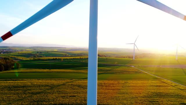 Windkraftanlagen In landwirtschaftlich genutzten Feldern