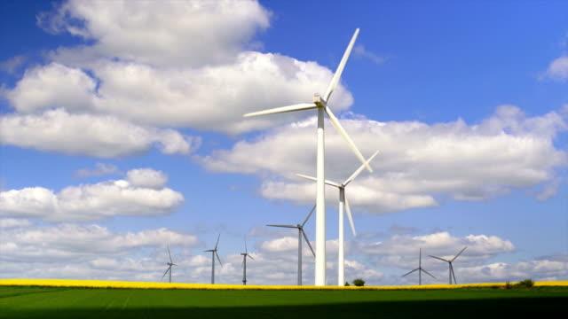 vídeos y material grabado en eventos de stock de turbinas eólicas en tierra cultivada cinemagraph - empresa de carácter social