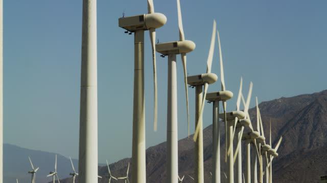wind turbines in palm springs - erneuerbarkeit stock-videos und b-roll-filmmaterial