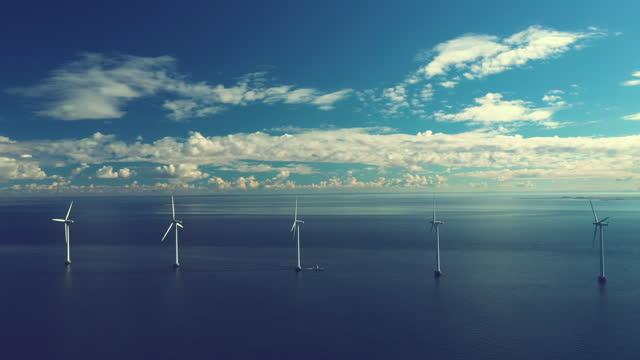 vídeos de stock, filmes e b-roll de turbinas eólicas no oceano - progresso