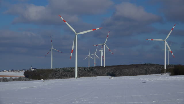 vídeos de stock, filmes e b-roll de wind turbines in winter landscape - grupo médio de objetos