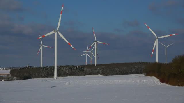 vidéos et rushes de wind turbines in winter landscape - groupe moyen d'objets