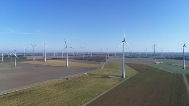 windkraftanlagen auf ackerland im herbst - verkehrsweg stock-videos und b-roll-filmmaterial
