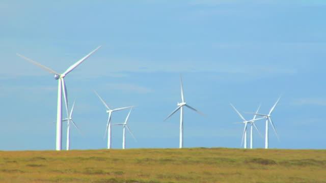 turbine eoliche on the hill - grandi pianure americane video stock e b–roll