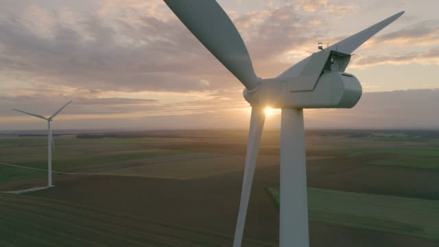 vídeos y material grabado en eventos de stock de wind turbines over a sunset - energía alternativa