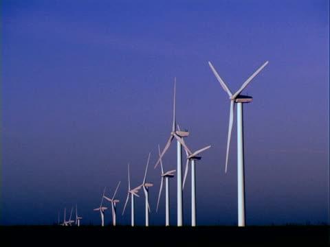 vídeos y material grabado en eventos de stock de wind turbines producción de energía limpia - buena condición