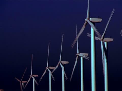 turbine di vento producendo energia pulita - gruppo medio di oggetti video stock e b–roll
