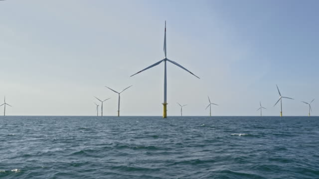stockvideo's en b-roll-footage met lucht wind turbines draaiend op zee - energie industrie