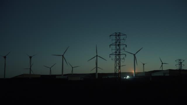 vídeos y material grabado en eventos de stock de siluetas de turbinas eólicas. atardecer - temas sociales