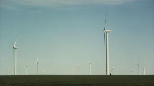 vidéos et rushes de ws wind turbines spinning in field against blue sky/ buffalo ridge, minnesota - groupe moyen d'objets