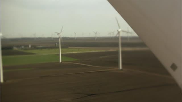 vídeos y material grabado en eventos de stock de ws defocus pan wind turbines spinning in field/ cu turbine blade moving past camera/ buffalo ridge, minnesota - paisaje mosaico