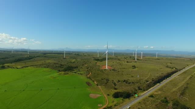vídeos de stock, filmes e b-roll de wind turbines spinning - áfrica meridional