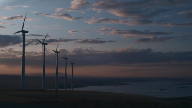 ws pan wind turbines turning at sunset / zillah, washington, usa   - einige gegenstände mittelgroße ansammlung stock-videos und b-roll-filmmaterial
