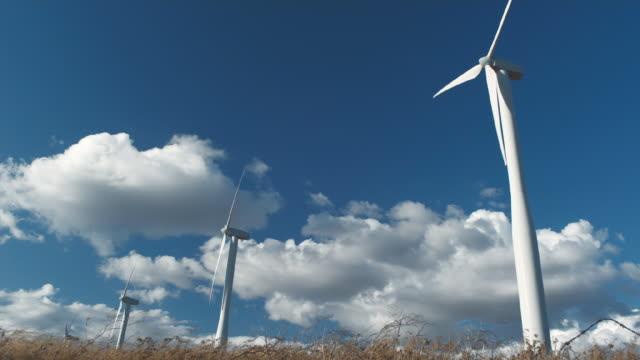 vídeos de stock e filmes b-roll de ws wind turbines turning in wind / zillah, washington, usa        - quatro objetos