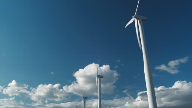 ws wind turbines turning in wind / zillah, washington, usa        - 少数の物点の映像素材/bロール
