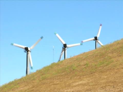 vídeos de stock, filmes e b-roll de turbinas eólicas do (pal - grupo pequeno de objetos